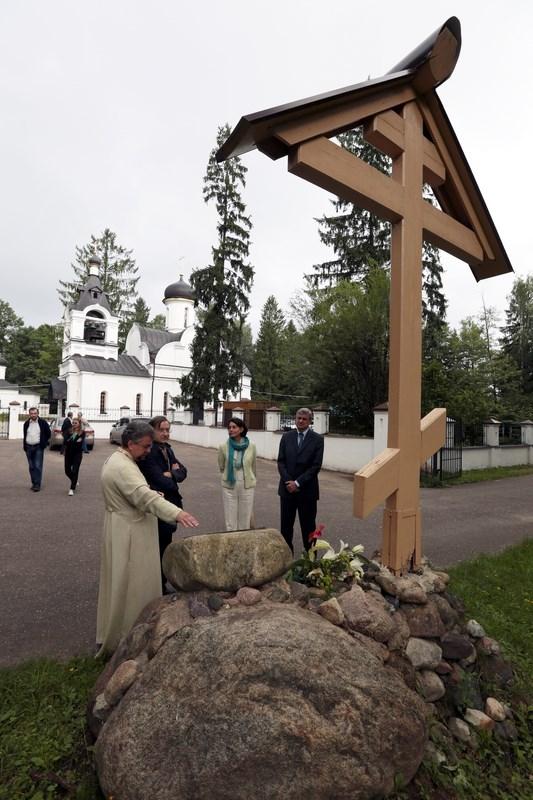У поклонного креста на древней Переславской дороге