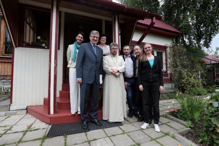 У дома протоиерея Александра Меня в Семхозе