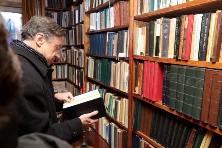 Ив Аман, биограф протоиерея Александра Меня, в мемориальном кабинете священника в Семхозе