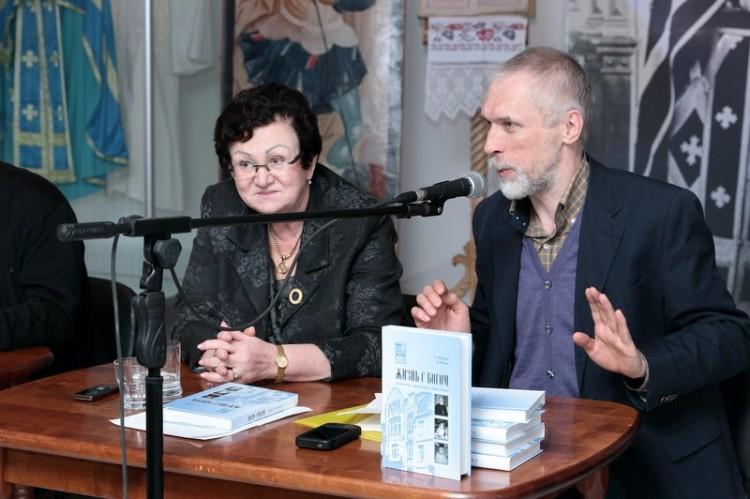 Екатерина Гениева, директор ВГБИЛ им. М.И. Рудомино, и Алексей Юдин, один из авторов книги об издательстве Жизнь с Богом
