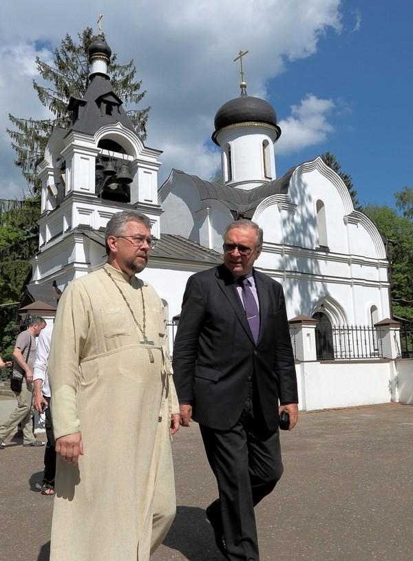 Кшиштоф Занусси у Сергиевского храма в Семхозе