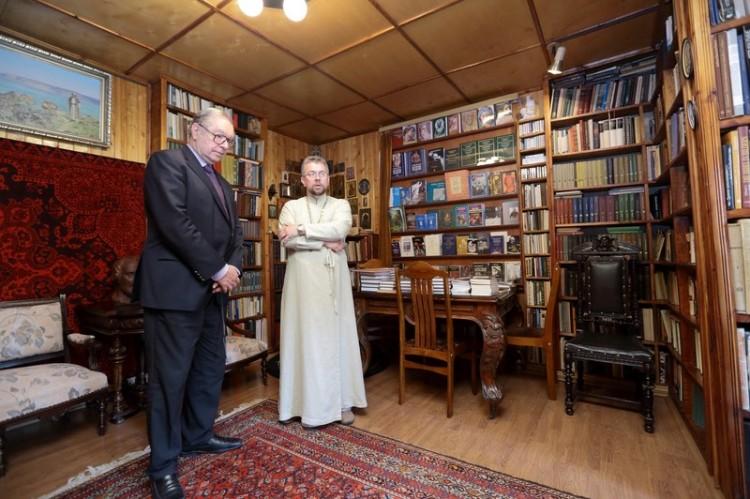 Кшиштоф Занусси в мемориальном кабинете протоиерея Александра Меня в Семхозе