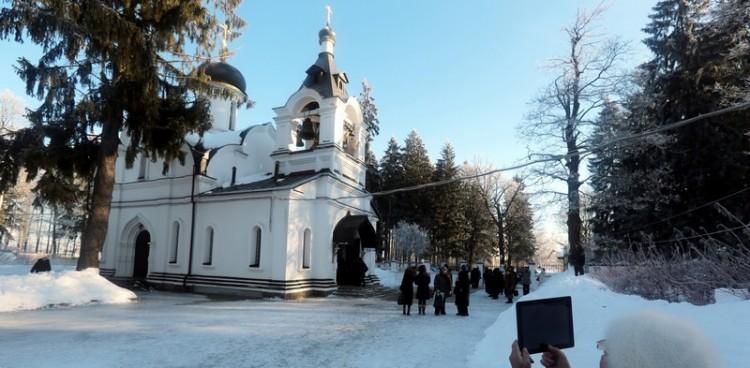 У Сергиевского храма
