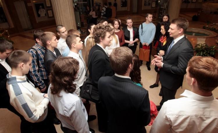 Александр Двойных общается со школьниками