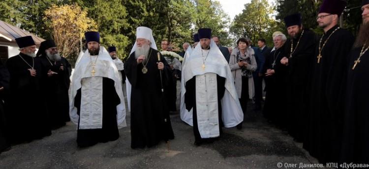 Митрополит Крутицкий и Коломенский Ювеналий у Сергиевского храма