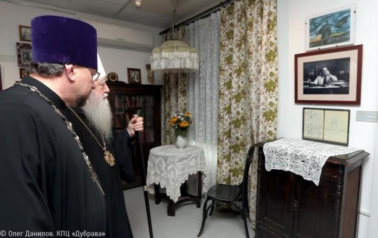 Осмотр экспозиции, посвященной протоиерею Александру Меню
