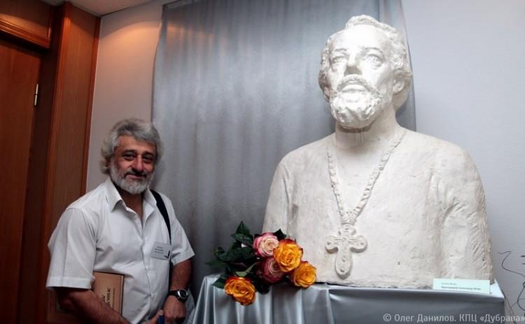 Артем Киракосов у бюста работы Елены Мунц