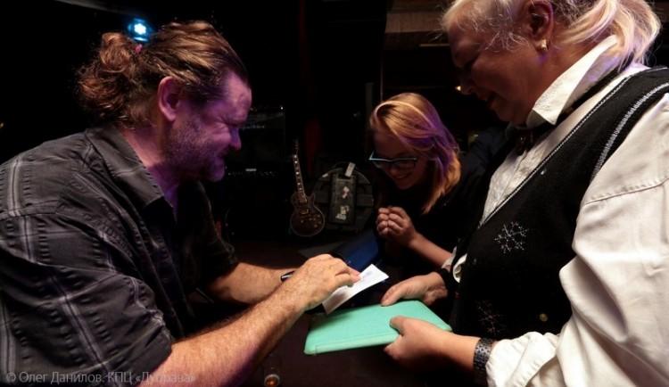 Джоэл Тэйлор дает автографы