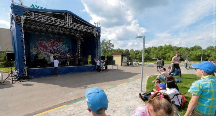 Концерт в новом сквере у Дубравы
